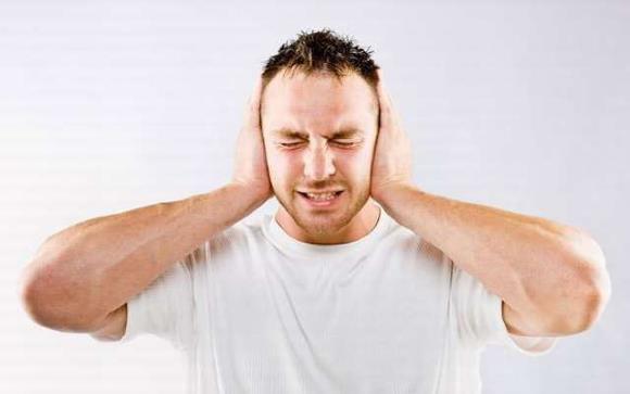 У мужчины головная боль сопровождается шумом в ушах
