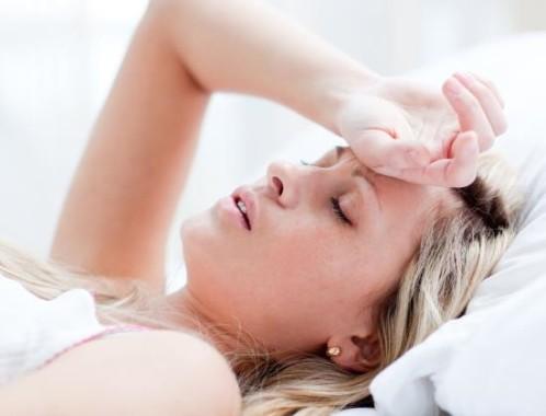 Женщина страдает от головной блои