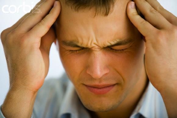 Мужчина страдает от посттравматической хронической головной боли