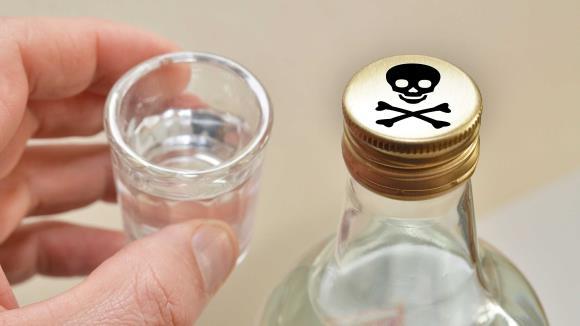 Симптомы отравления суррогатами алкоголя зависят от того, что именно выпил человек