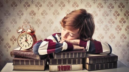 Мальчик заснул за учебниками