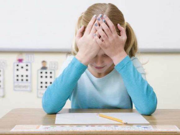 Чрезмерные занятия умственным трудом могут вызвать головные боли у ребенка