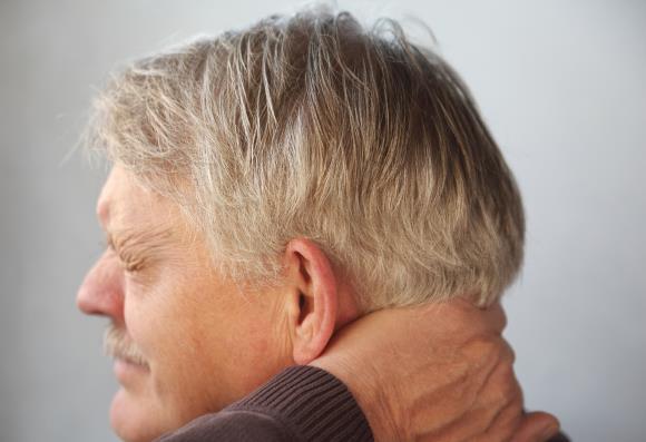 У мужчины болит затылок