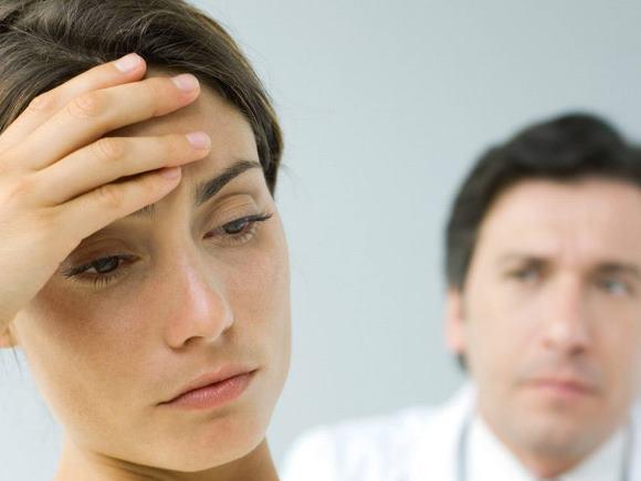 Женщина, страдающая мигренью, на приеме у невролога