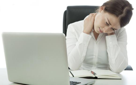 Боли в шее как следствие неправильной организации рабочего процесса