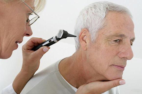 ЛОР-врач проводит осмотр пациента