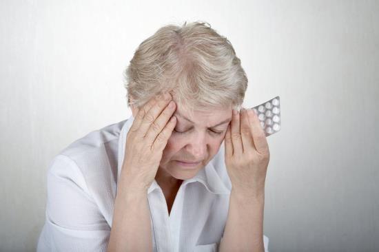 У пожилой женщины на фоне высокого давления возникла головная боль