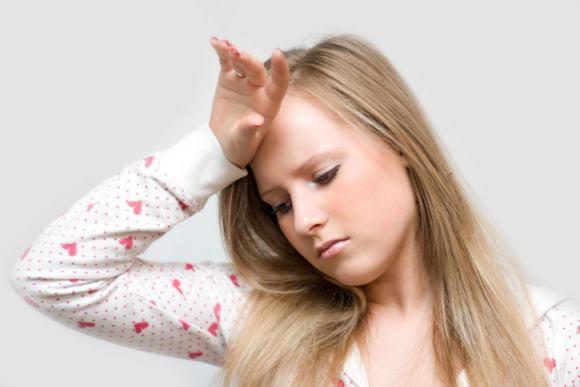 Девушка-подросток страдает от мигрени