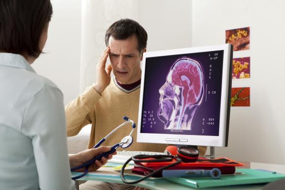 Мужчина на консультации у невролога