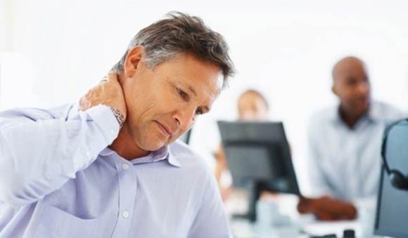 Мужчина страдает от боли в затылочной области