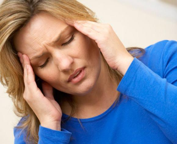 Женщина мучается от болей в височной области