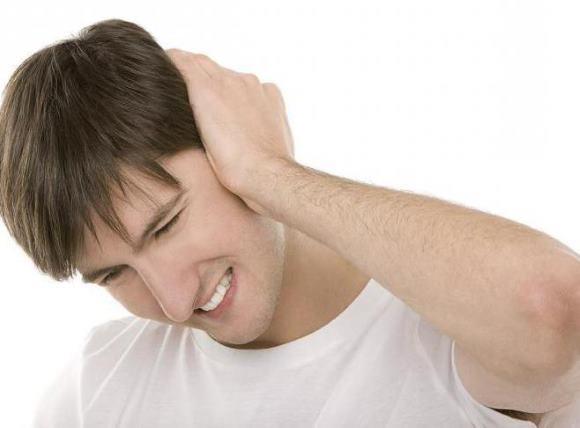 Отит сопровождается болью в ухе и голове