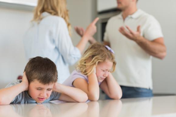 Головная боль напряжения может быть обусловлена неблагоприятным психологическим климатом дома