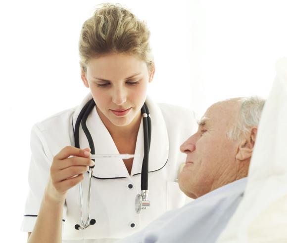 Медсестра регистрирует суточные колебания температуры тела пациента в специальном листе