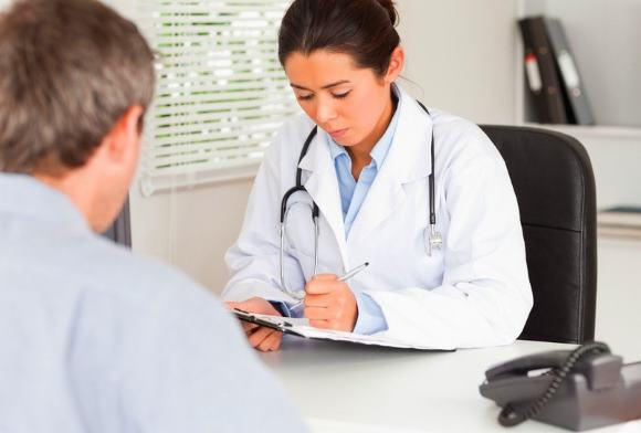 Мужчина на приеме у врача по поводу цефалгии