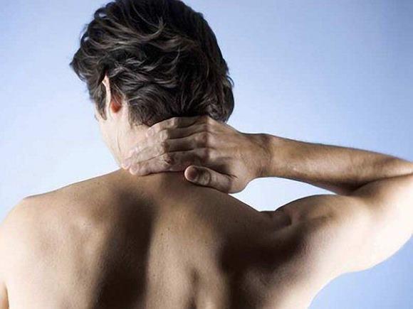 Мужчина страдает остеохондрозом шейного отдела позвоночника