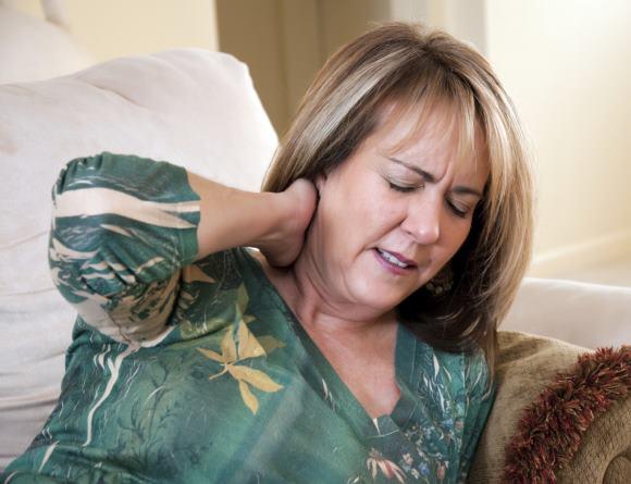 Приступ шейной мигрени характеризуется исходящими из затылка односторонними головными болями