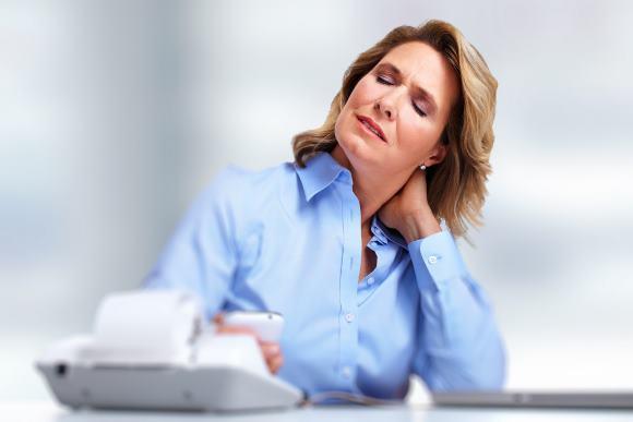 Женщина испытывает боли в затылочной части головы