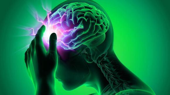При первых же признаках инсульта следует срочно вызывать скорую
