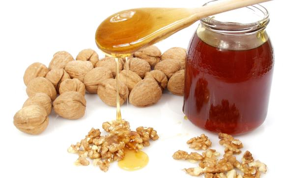 Грецкие орехи с медом широко применяется в народной медицине