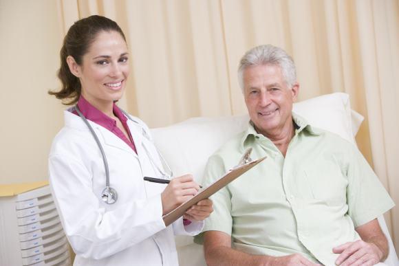 Мужчина на приеме у врача по поводу тошноты