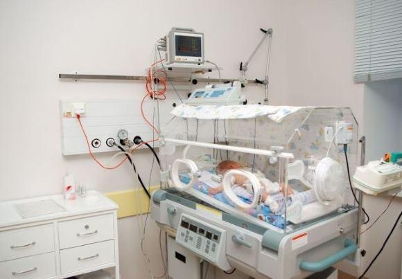 Недоношенный младенец в кувезе