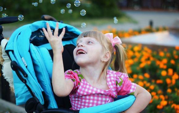 Девочка страдает детским церебральным параличом