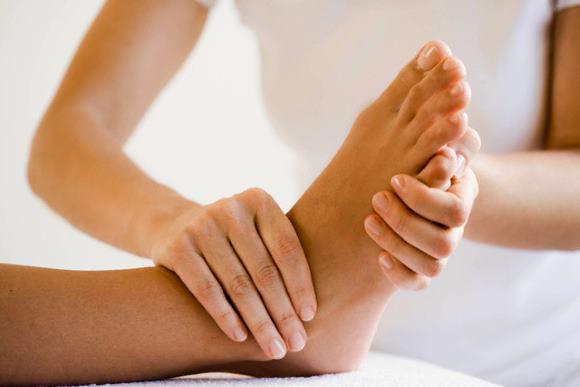 При массаже ног прорабатывают сначала крупные мышцы, только после этого мелкие и затем пальцы
