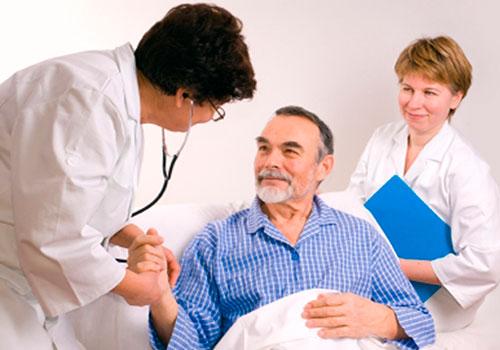 Восстановление пациента под наблюдением после инсульта