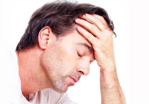 Клиническими признаками данной патологии являются головные боли, лихорадка и менингеальные знаки