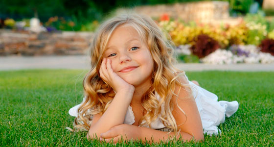 Девочка на лужайке