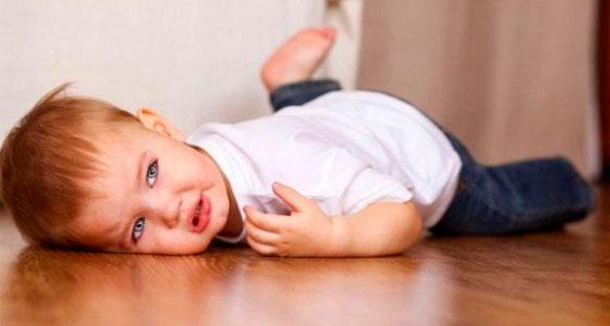 Ребенок упал на пол