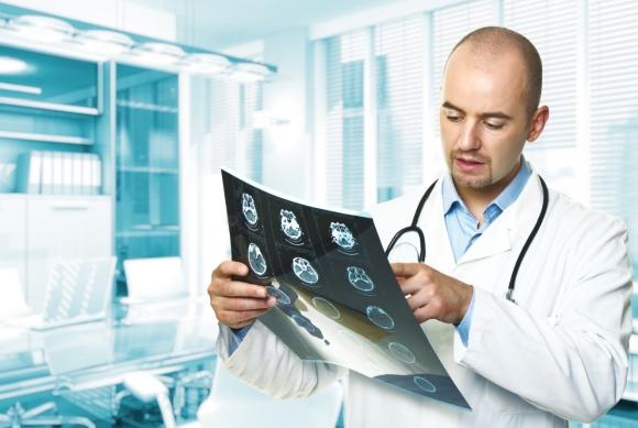 Нейрохирург на консультации