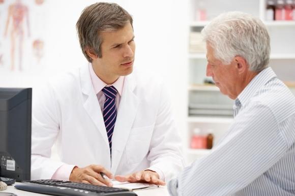 Врач-онколог проводит консультацию
