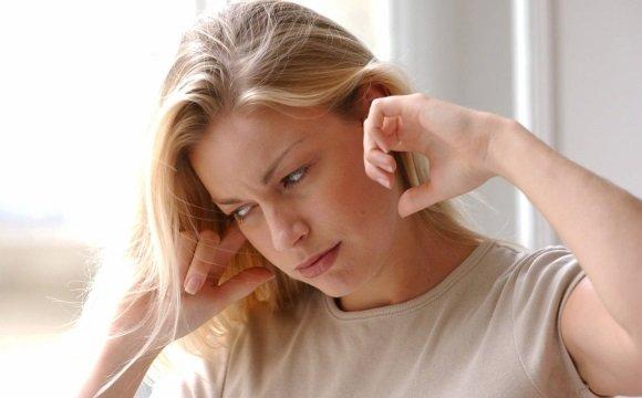 У женщины заложило уши