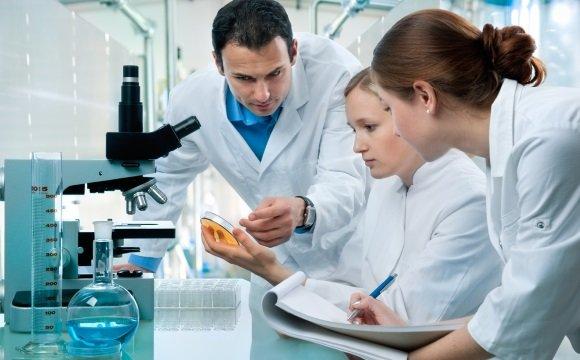 Эксперты тестируют лекарственный препарат
