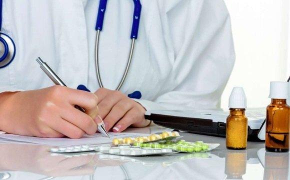 Врач выписывает рекомендации по лечению пониженного АД