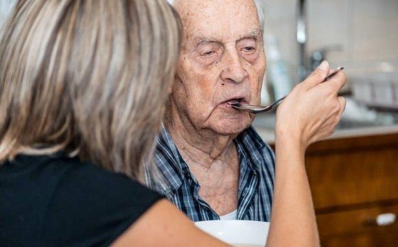 Мужчина страдает болезнью Альцгеймера