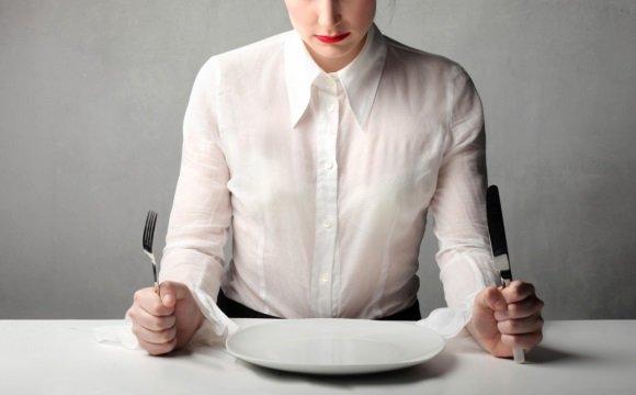Женщина голодает