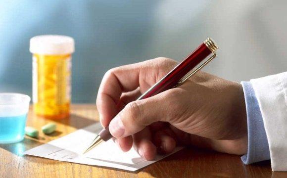Врач пишет рекомендации по лечению РС