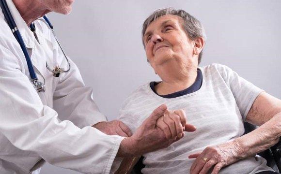 Пациентка с болезнью Альцгеймера у врача