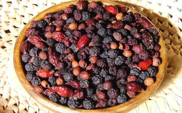 Сушеные ягоды боярышника и шиповника