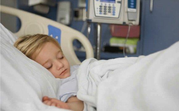 Ребенок в палате интенсивной терапии