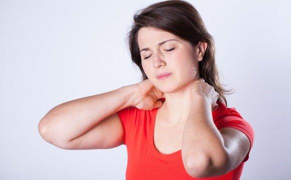 Растирание мышц шеи