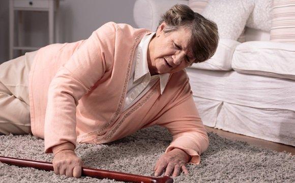 Пожилая женщина упала из-за головокружения